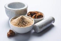 Foto conservada em estoque do pó/Hing ou do Heeng da assa-fétida com bolo e almofariz imagem de stock