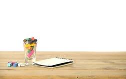 Foto conservada em estoque: Gizes coloridos na tabela de madeira, ainda vida Fotografia de Stock