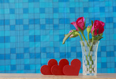 Foto conservada em estoque: Grupo de rosas cor-de-rosa no vaso com presente cor-de-rosa e blan Foto de Stock Royalty Free