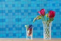 Foto conservada em estoque: Grupo de rosas cor-de-rosa no vaso com presente cor-de-rosa e blan Fotografia de Stock Royalty Free