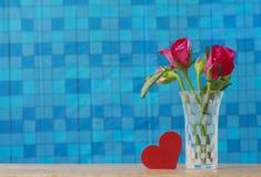 Foto conservada em estoque: Grupo de rosas cor-de-rosa no vaso com presente cor-de-rosa e blan Fotos de Stock