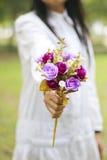Foto conservada em estoque: Mão da mulher que guarda flores fotografia de stock royalty free