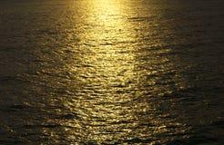 Foto conservada em estoque - oceano dourado do mar do seascape do nascer do sol Imagens de Stock