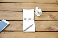 Foto conservada em estoque: pena e xícara de café do caderno na tabela de madeira Fotos de Stock