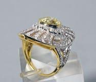 Foto conservada em estoque: Safira & anel de diamante amarelos imagens de stock