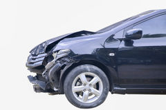 Foto conservada em estoque: Um carro preto em um acidente isolado em uma parte traseira do branco Foto de Stock