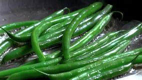 Foto a cores de feijões verdes em uma bandeja do metal fotos de stock