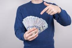 Foto cosechada del estudio del primer del estudiante afortunado de la suerte confiada que demuestra la porción de dinero que cons imágenes de archivo libres de regalías