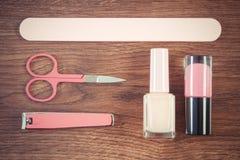 Foto, cosméticos y accesorios del vintage para la manicura o la pedicura, concepto de cuidado del clavo Imagenes de archivo