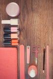 Foto, cosméticos y accesorios del vintage para la manicura o la pedicura, concepto del cuidado del clavo, espacio de la copia par imagen de archivo