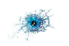 Foto creativa conceptual de una macro azul del primer del ojo humano que se rompe en los pequeños pedazos de vidrio aislados imagen de archivo