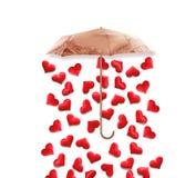 Foto creativa di concetto dei biglietti di S. Valentino dell'ombrello con i cuori che piovono giù sul fondo bianco Fotografie Stock Libere da Diritti