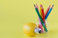 Foto creativa di concetto di un limone con una lampadina sul backgrou giallo Fotografia Stock Libera da Diritti