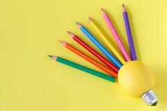 Foto creativa di concetto di un limone con una lampadina sul backgrou giallo Immagine Stock Libera da Diritti