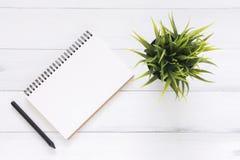 Foto creativa di disposizione del piano dello scrittorio dell'area di lavoro Fondo di legno bianco della tavola della scrivania c Fotografia Stock