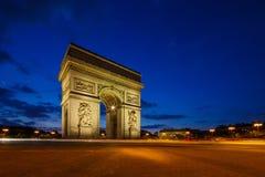 Foto crepuscular de Arc de Triomphe, avenida de Champs-Elysees, París Fotografía de archivo libre de regalías
