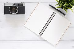 Foto criativa da configuração do plano da mesa do espaço de trabalho Fundo de madeira branco da tabela da mesa de escritório com  foto de stock