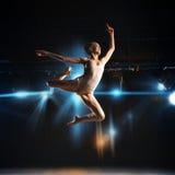 Foto cuadrada del bailarín de ballet rubio joven en salto en etapa fotografía de archivo libre de regalías