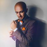 Foto cuadrada del varón de la elegancia en bowtie anaranjado Imágenes de archivo libres de regalías