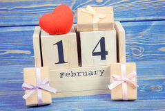 Foto d'annata, calendario del cubo con i regali e cuore rosso, giorno di biglietti di S. Valentino Fotografia Stock