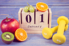 Foto d'annata, calendario del cubo, frutti e teste di legno, nuovi anni di risoluzioni, stile di vita sano Fotografia Stock Libera da Diritti