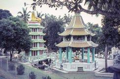 Foto d'annata circa 1964, pagoda di Tiger Balm Garden, Singapore immagine stock