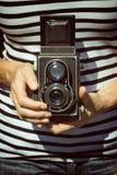 Foto d'annata della donna che tiene vecchia macchina fotografica Fotografia Stock Libera da Diritti
