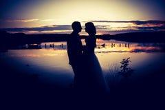 Foto d'annata delle siluette delle coppie di nozze in all'aperto Fotografie Stock Libere da Diritti