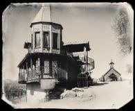 Foto d'annata di seppia in bianco e nero di vecchi costruzione/bordello di legno occidentali nella città fantasma della miniera d fotografia stock