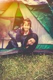 Foto d'annata di tono della famiglia felice che esamina macchina fotografica sul campeggio Fotografia Stock