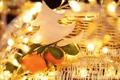 Foto d'annata di umore di Natale con le luci dell'oro fotografie stock