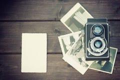 Foto d'annata di vecchia macchina fotografica e di vecchie foto Fotografia Stock Libera da Diritti