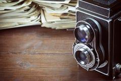 Foto d'annata di vecchia macchina fotografica e di vecchie foto Immagine Stock