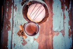 Foto d'annata, dolce con una tazza di cioccolata calda Immagini Stock Libere da Diritti