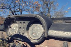 Foto d'annata filtrata del tachimetro arrugginito sul pannello di controllo dell'automobile Fotografia Stock Libera da Diritti
