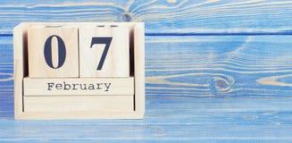 Foto d'annata, il 7 febbraio Data del 7 febbraio sul calendario di legno del cubo Fotografia Stock Libera da Diritti