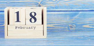 Foto d'annata, il 18 febbraio Data del 18 febbraio sul calendario di legno del cubo Immagini Stock Libere da Diritti