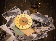 Foto d'annata, lettere ed orologi Foto dell'archivio della famiglia, differenti immagini stock