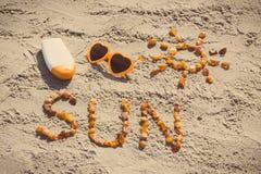 Foto d'annata, parola e forma del sole, occhiali da sole con la lozione del sole sulla sabbia alla spiaggia, ora legale Fotografie Stock Libere da Diritti