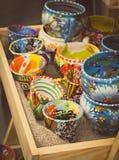 Foto d'annata, raccolta delle tazze variopinte da vendere al bazar Immagine Stock Libera da Diritti