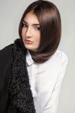 Foto da alta-costura da mulher elegante na camisa branca e no juc preto Imagens de Stock Royalty Free