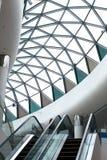 Foto da arquitetura moderna, o teto do vidro no formulário o fotos de stock royalty free