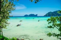 A foto da baía que negligencia o mar e as ilhas imagens de stock royalty free