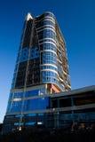 A foto da construção de vários andares, tiro na lente larga com filtro do PL, na luz do por do sol foto de stock