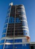 A foto da construção de vários andares, tiro na lente larga com filtro do PL, na luz do por do sol imagem de stock