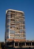 A foto da construção de vários andares, tiro na lente larga com filtro do PL, na luz do por do sol fotos de stock