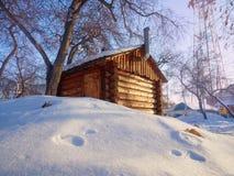 Foto da dependência de madeira bonita com o telhado sob a neve fotografia de stock royalty free