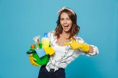 Foto da empregada doméstica nova satisfeito 20s que veste a luva de borracha amarela fotos de stock royalty free