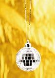 Foto da esfera do Natal sobre dourado Fotografia de Stock Royalty Free