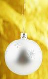 Foto da esfera do Natal sobre o fundo dourado Imagem de Stock